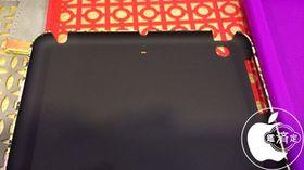 Dette iPad mini-dekselet har utskjæring til et mikrofonhull på baksiden.