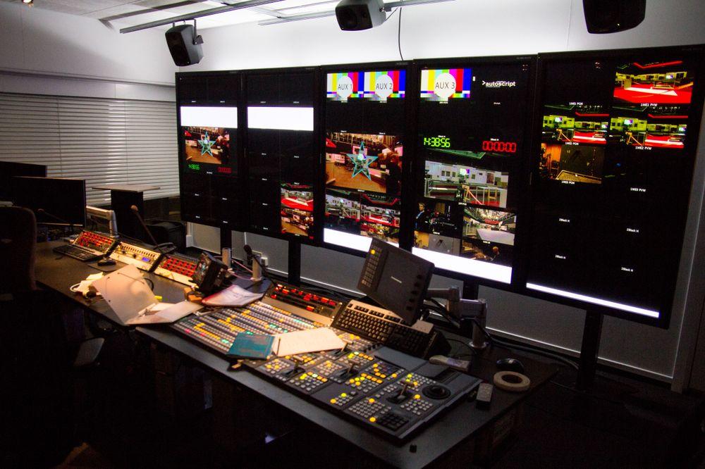 NRK får også sin del av æren for nedgangen i piratkopieringen. Her fra et av deres kontrollrom på Marienlyst.