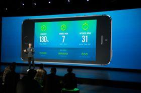 Nike FuelBand-appen kommuniserer kontinuerlig med armbåndet.