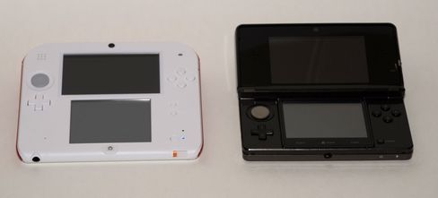2DS og 3DS er ganske like i storleik. (Foto: Øystein Furevik/Gamer.no).