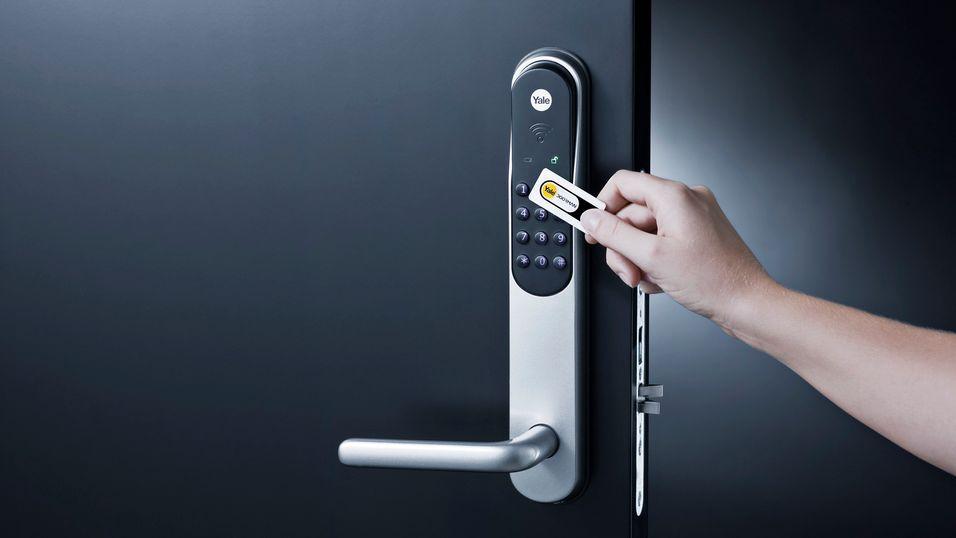 Yale Doorman kan også låses opp med en brikke eller med kode.