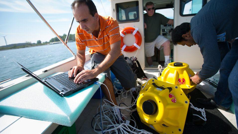 Elektroteknikkstudentene Hovannes Kulhandjian and Zahed Hossain på tester ut trådløst undervannsnett på Eriesjøen.