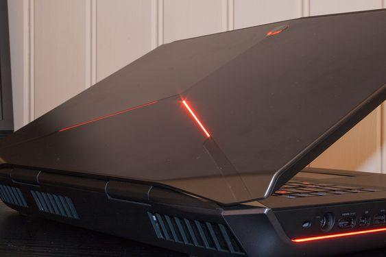 Heller ikke topplokket slipper unna de mange LED-lysene, men vi synes Alienware 18 heller mer mot gjennomført enn overdrevent.