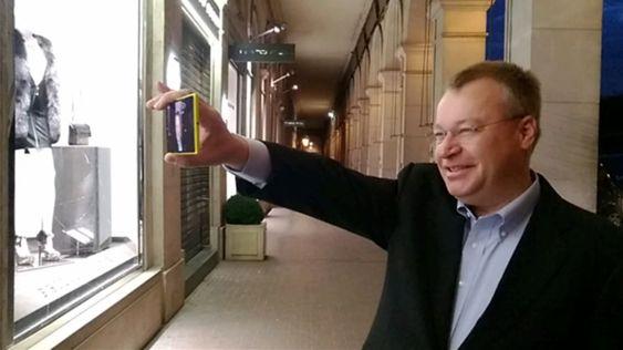 Stephen Elop tester ut Storyteller på sin nye Lumia 1520.