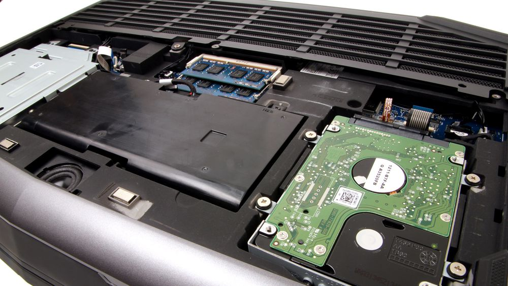 Under maskinen får du enkelt tilgang til å skifte batteri, lagringsenheter og minne.