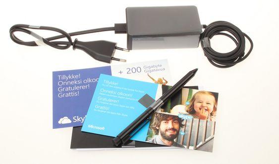 Stylus-penn og lader følger med. På kjøpet får du også 200 GB lagringsplass på SkyDrive i to år, pluss at du kan ringe gratis med Skype til fastlinjer i over 60 land i ett år, inkludert ubegrenset bruk av Skype WiFi.