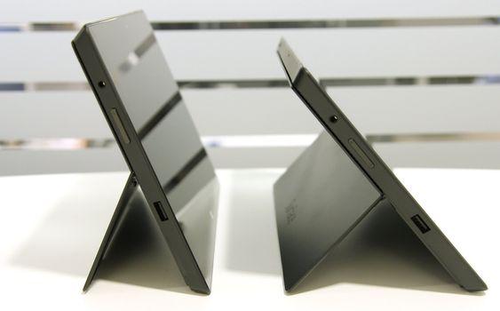 På Surface Pro 2 til høyre i bildet, har støttefoten fått to hakk. Det ene er slik du ser avbildet, mens det andre er lik vinkelen på Surface Pro til venstre.
