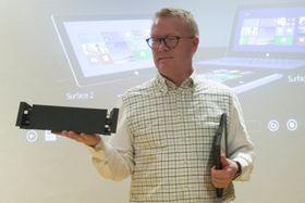 Christian Almskog i Microsoft viser frem Surface Pro 2 og dokkingstasjonen.