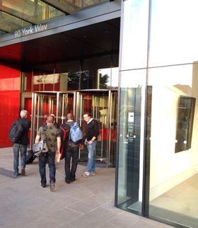 To busslaster med journalister er på vei inn til Apples europeiske visning av kveldens lansering.