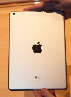 Designen er endret, og nye iPad Air kan også fås i sort. Denne er imidlertid i den tradisjonelle sølvgrå fargen.