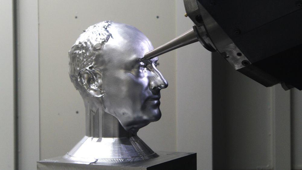 Det er ikke helt det samme som å bygge en gigantisk magnet, men å frese ut et hode i aluminium med stor presisjon krever sin maskinvare.