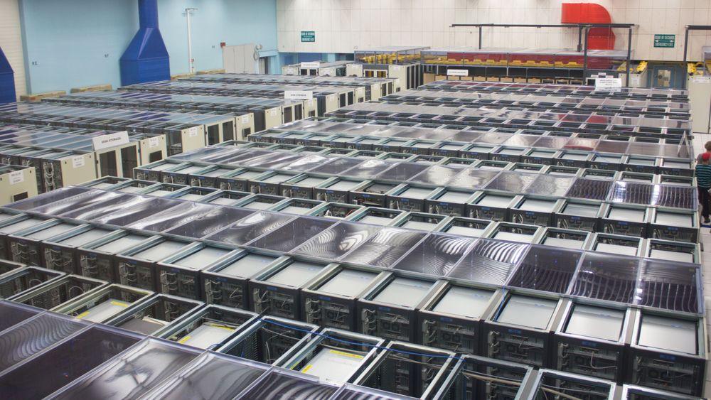 CERNs datasenter går over to etasjer, og er L-formet. På bildet ser du i omtrent halvparten av utstyret i én av etasjene. Alle foto i saken: Varg Aamo, Hardware.no.