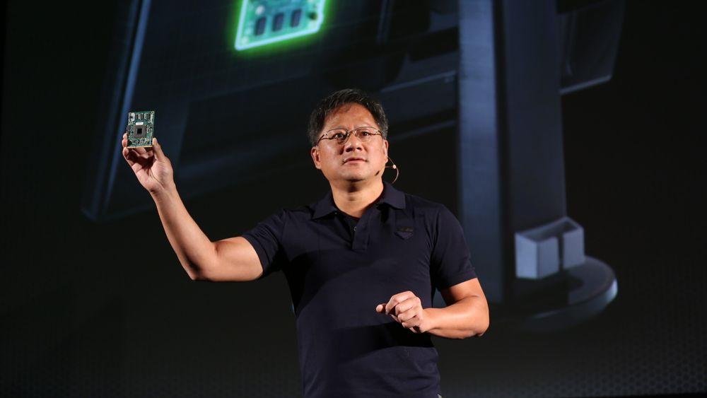 Jen-Hsun Huang, toppsjefen i Nvidia, under lanseringen av G-Sync. Kretskortet han holder i hånda er G-Sync-modulen.