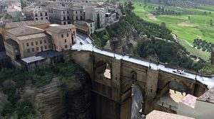 Hvis du kjører av veien her gjør du uopprettelig skade på verdens kulturarv. Det er også mulig at du dør.