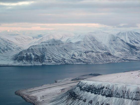 Flyplassen på Svalbard ligger rett ved fjorden.