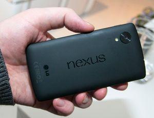 Designen på baksiden av telefonen har en del til felles med den vi kjenner fra nettbrettet Nexus 7.