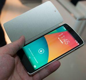 Ingen mobil er komplett uten et smartdeksel i 2013. Er mobilen det nye kjøleskapet, og står lyset på under dekselet? Det får vi muligens aldri vite.