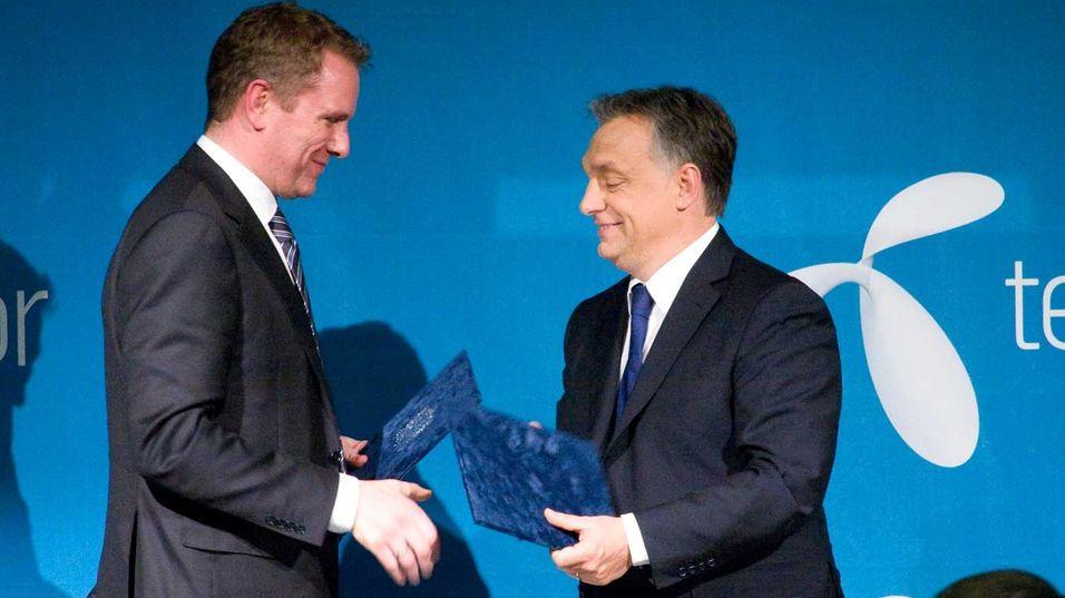 Telenors Europa-sjef Kjell-Morten Johnsen signerer avtale med Ungarns statsminister Viktor Orban.