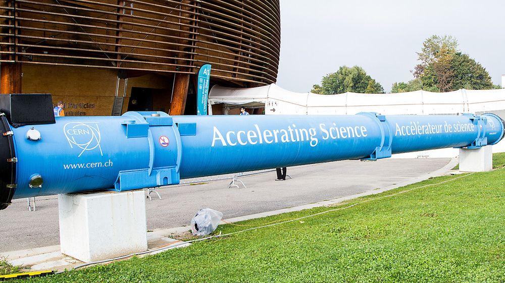 Superledende magneter som denne utgjør den 27 kilometer lange LHC-ringen.