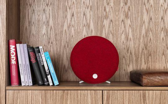 Her er Libratone Loop med rødt ulltrekk. Trekket finnes i flere andre farger.