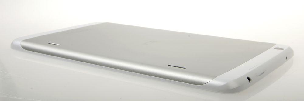 Baksiden er laget i aluminium, men selv om det kan se slik ut går det ikke an å ta av dekselet bak.
