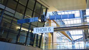 Rett på innsiden av døren henger det en modell av satellitten Thor 6.