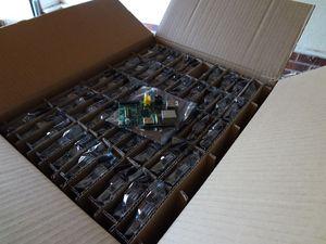 En boks fra den opprinnelige Raspberry Pi-ladningen på 2000 enheter.