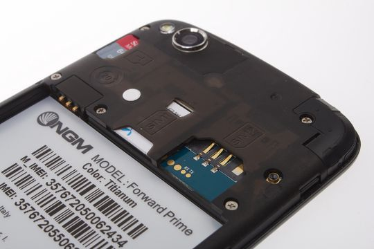 Under plastdekselet finner du to SIM-kortplasser og plass til MicroSD-kort.