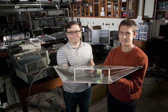 Ingeniørstudentene Alexander Katko og Allen Hawkes viser en bølgeleder med en enkel energi-høster av metamaterialer som gir nok energi til å drive den grønne LED-pæra.