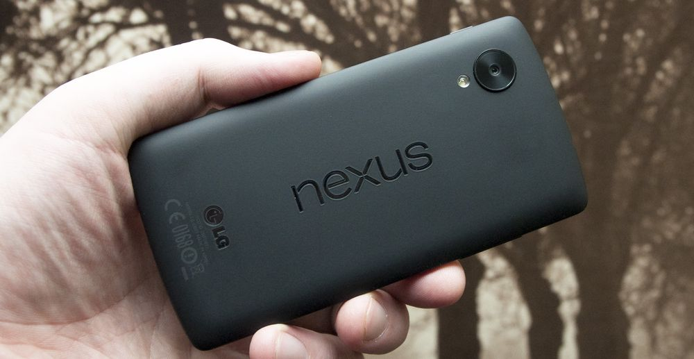 Nexus 5 har gummiert bakside, og en størrelse som gjør at den er god å holde.