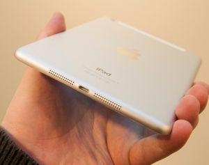 I bunnen av iPad mini finner du Lightning-kontakten, og et sett kraftige høyttalere.
