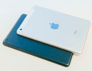 Ny og gammel iPad mini. Den nye er øverst. Forskjellen du ser skyldes at det siste testproduktet også har 4G-støtte. Ellers er de like.