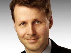 Inntil videre er fungerer styreleder Risto Siilasmaa også som administrerende direktør i Nokia. Nå tar han gamlesjefen i forsvar.