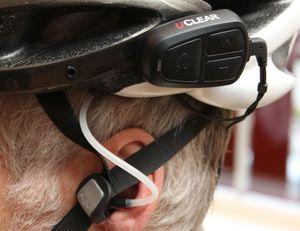 Uclear har høyttalere som festes i hjelmen, mens lyden ledes til en øreplugg via et luftrør.