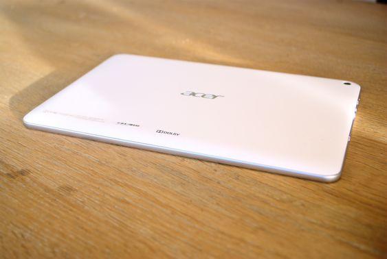 Baksiden har en stor Acer-logo.