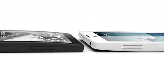 YotaPhone vil komme i to farger; svart og hvitt. Her de to versjonene ved siden av hverandre.