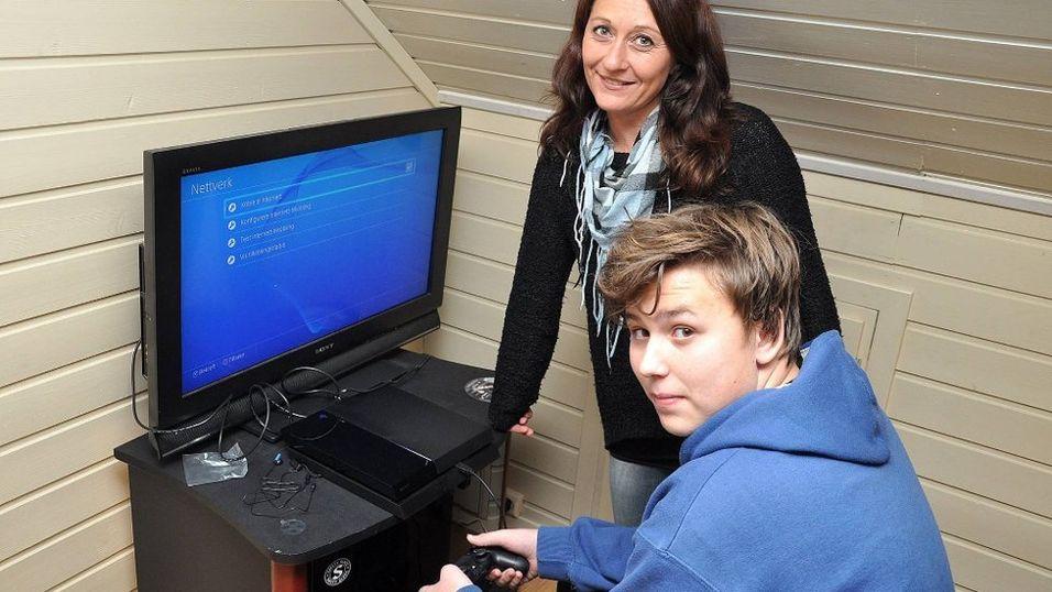 Markus Adolfsen (14) er glad for at storebror Miguel satt ute halve natten for å sikre ham en Playstation 4 som kombinert bursdags- og julegave. Men uten mamma Nina Adolfsens resolutte opptreden i Obs-butikken hadde ventingen i kald nattkø vært forgjeves.