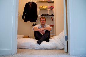Mathias Mikkelsen sover i garderobeskapet. – Det er perfekt! Et sted å sove, rikelig med kleshengere, og en haug av like sultne og motiverte gründere rett utenfor soveromsdøra. Det ideelle stedet å gjøre en drøm til virkelighet, konkluderer han.