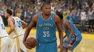 Kevin Durant har ballen, men det har ikke de andre fått med seg.