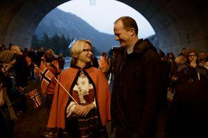 Ordfører Trine Danielsen og samferdselsminister Ketil Solvik-Olsen er fornøyde med fibersatsingen.