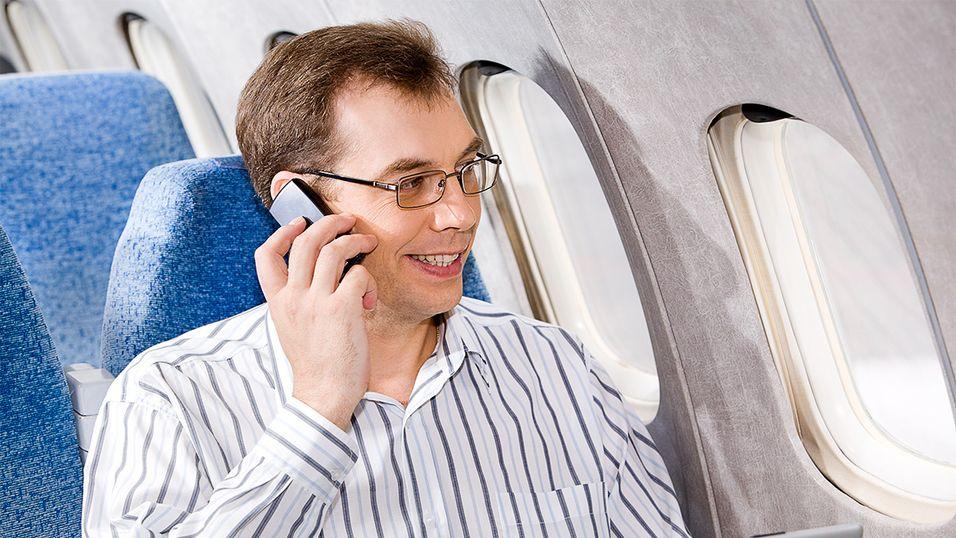 Nå blir det tillatt med påslått mobil under flyreisen