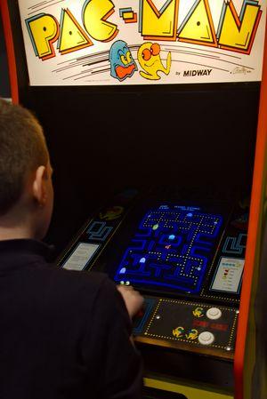 En besøkende spiller Pac-Man på Flip Expo 2013.