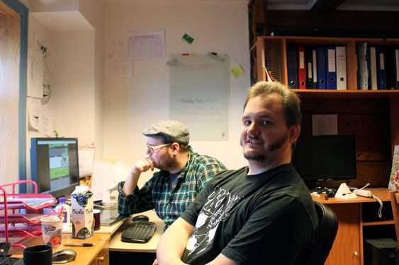 Ole Ivar Rudi (bak) og Peter Wingaard Meldahl på arbeidsplassene sine i Sandviken.