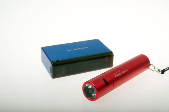 Powerocks har nødladere i mange varianter. Den blå er på 6000 mAh og holder til 2-3 ladinger, mens den foran holder til én lading –og har innebygget lommelykt!