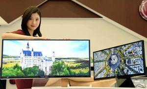 Her viser LG frem en monitor med 21:9-forhold. Bildet viser ikke de nye modellene.
