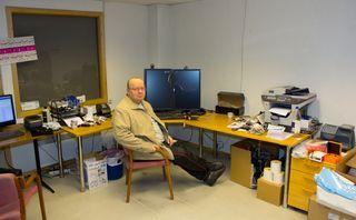 Hans Petter Faale på kontoret sitt. Her er det dårlig med utsikt, men stedet oser av nerdesjarm.