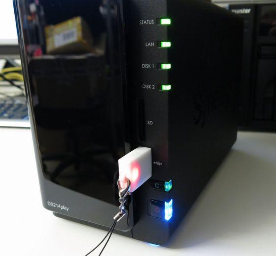 Skinnende plast og blinkende lys. Kopiknappen (C) lyser kun når du kobler til en USB-enhet eller et SD-kort.
