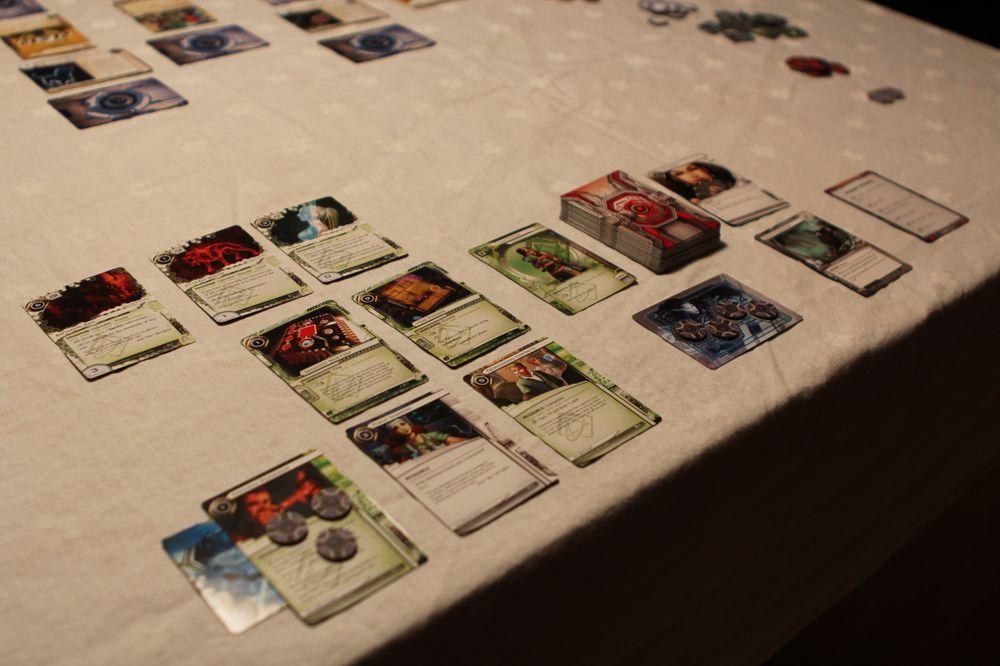Hackeren har tre rekker med kort i spill, øverste rekke er installerte programmer, andre rekke er maskinvare og tredje rekke er kontakter og ressurser. Til høyre for de tre rekkene er trekkebunken, brukte kort og poengkort.