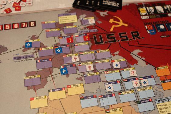 Slik ser det ut i Europa når spillet starter. USA har tatt kontroll over Italia og Vest-Tyskland for å hindre Sovjetunionen fra å spre innflytelse inn i Vest-Europa. Nøkkelland har blå farge bak navnet på landet. For å ta kontroll over et land må man ha like mye innflytelse i landet som tallet i øverste høyre hjørne.