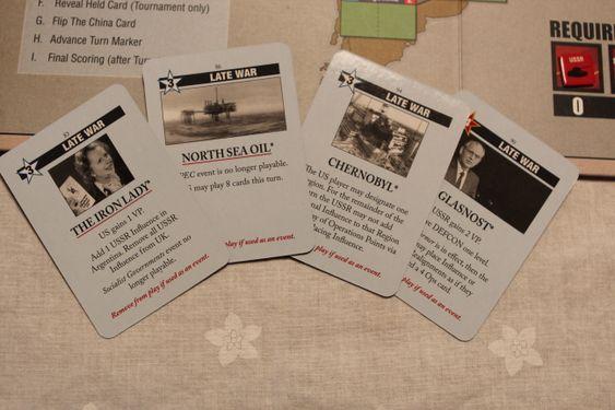Spillkort kan enten spilles for innflytelsespoeng (tallet i stjernen) eller for å aktivere hendelsen på kortet. Alle hendelsene er basert på faktiske historiske hendelser og de konsekvensene disse hadde under den kalde krigen.